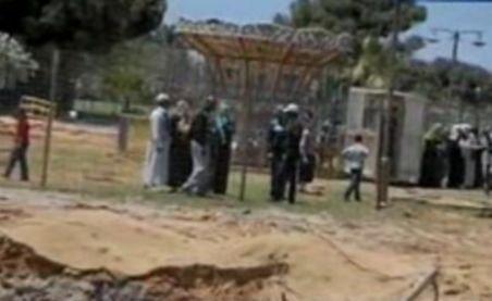 Gaddafi foloseşte copiii pe post de scuturi umane: Le-a făcut loc de joacă pe acoperişul buncărului său