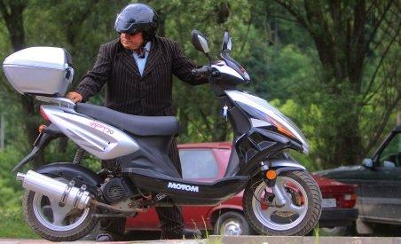 Mopedele ar putea fi conduse doar cu permis