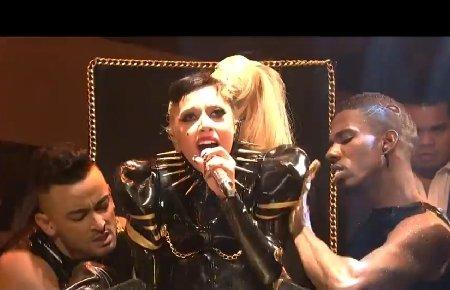 """Show inedit Lady Gaga: Cântăreaţa naşte pe scenă, în timpul piesei """"Born this way"""""""