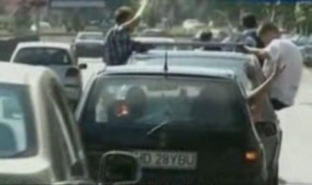 Tinerii din Deva au sărbătorit absolvirea liceului în trafic, cu claxoane, ţipete şi fără centură.