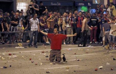 Ciocniri violente între sute de suporteri ai FC Barcelona şi forţele de ordine