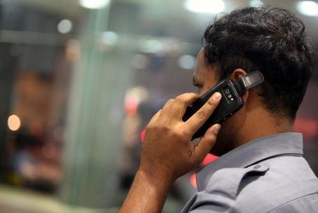 OMS: Utilizarea îndelungată a telefonului mobil poate cauza cancer la creier