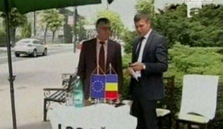 Vicepreşedinţii CJ Iaşi protestează cu birourile în stradă