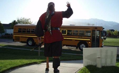 Tată ţicnit: Se costuma diferit în fiecare dimineaţă şi îşi conducea fiul până la autobuz