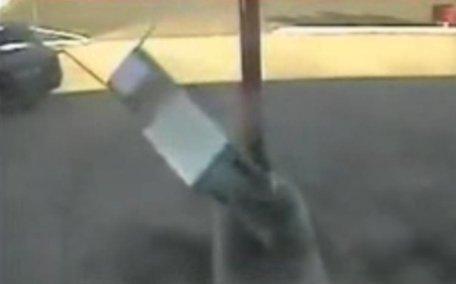 Un şofer din Caraş Severin a plecat cu tot cu pompa de benzină, după ce a alimentat