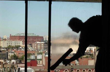 O infirmieră a murit după ce a căzut de la etajul trei în timp ce ştergea geamurile