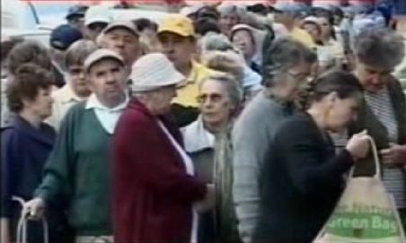 Pensionarii stau la coadă cu orele pentru pachetele cu alimente oferite de primării