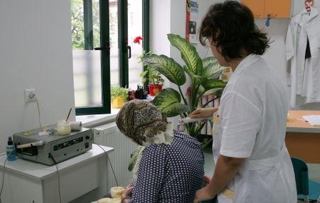 Medicul care a primit mită de 100.000 de euro de la persoane cu handicap, cercetat în libertate