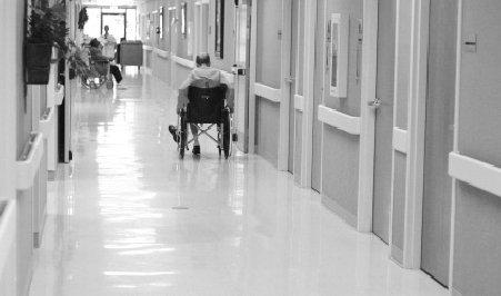 Azilele de bătrâni, goale. Spitalele, insuficiente şi prea departe