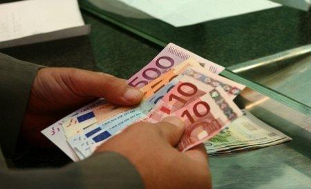 Directorul unei firme a contractat ilegal credite de 2 milioane de euro, pe numele angajaţilor