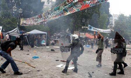Grecii nu renunţă la proteste: Mii de oameni continuă să ceară eliberarea de sub jugul FMI