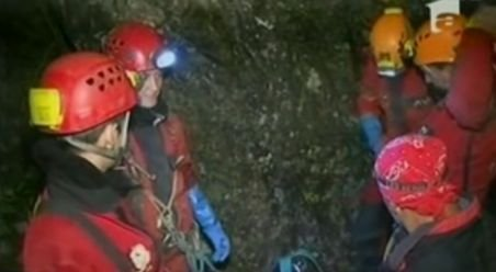 Speologul blocat de joi într-o peşteră din Apuseni a fost salvat după o zi