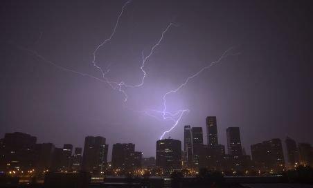 Imagini spectaculoase. Cel mai înalt turn din Chicago, lovit de fulger
