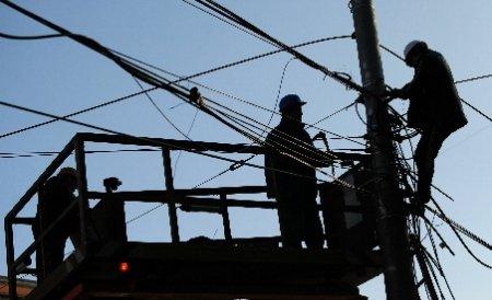 Primăria Capitalei a început să cureţe stâlpii de cablurile ilegale