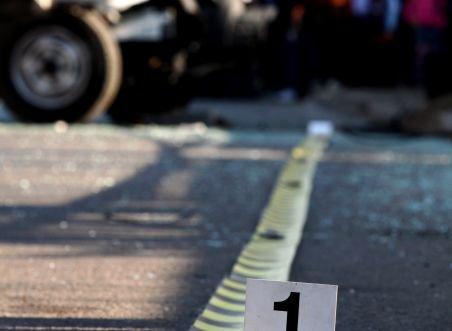 Un copil a murit după ce o camionetă lovit trei persoane care stăteau pe o bancă