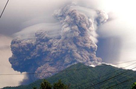 Indonezia. Vulcanul Soputan a intrat în erupţie, proiectând un nor de cenuşă şi fum