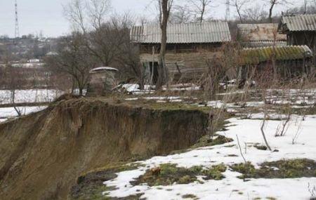 Zeci de localnici din Copşa Mică, evacuaţi din cauza unei alunecări de teren