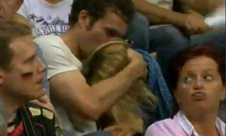 Doi tineri fac sex oral în timpul unui meci de volei