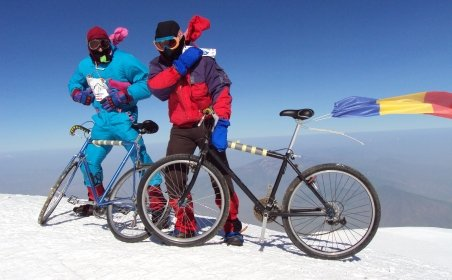 Doi români pe biciclete au cucerit vârful Ararat (5160 m)
