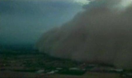 Tsunami de nisip în SUA. Un nor gigantic de praf a înghiţit cartiere întregi din oraşul Pheonix