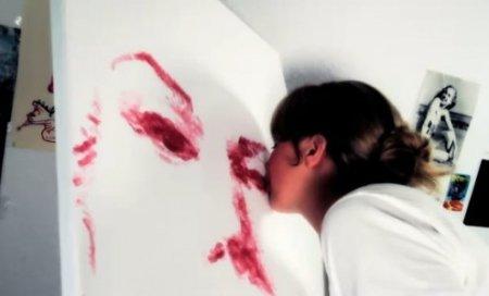 Pictură prin sărut: O tânără din SUA pictează cu buzele