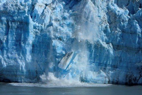 Un aisberg de patru ori mai mare decât Manhattan-ul pluteşte în largul coastelor canadiene