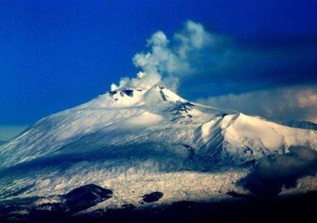 Aeroportul Catania, închis din cauza unui nor de cenuşă eliberat de vulcanul Etna