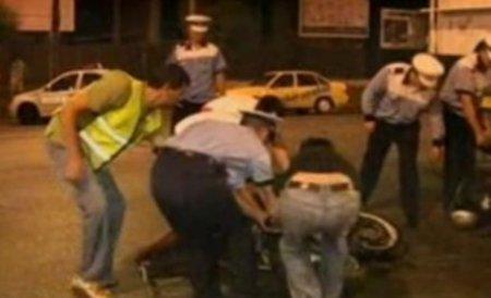 Bacău. Şeful poliţiei locale a intrat cu motocicleta în gard