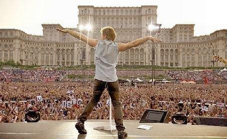 Lecţie de rock, oferită de Bon Jovi: Vezi imagini de la concertul din Piaţa Constituţiei