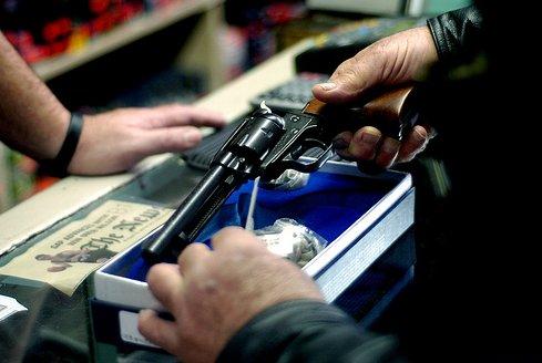 Reşiţa. Bărbat, reţinut după ce a încercat să vândă un pistol pe stradă