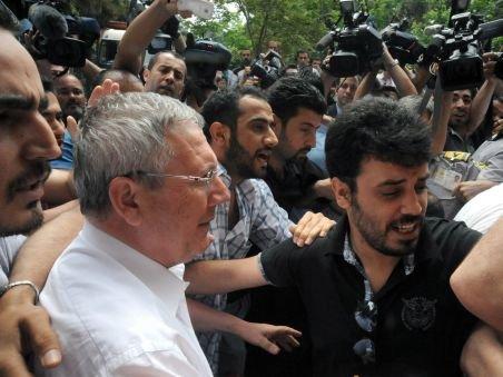 Suporterii Fenerbahce i-au atacat pe jurnalişti şi poliţişti cu sticle şi pietre