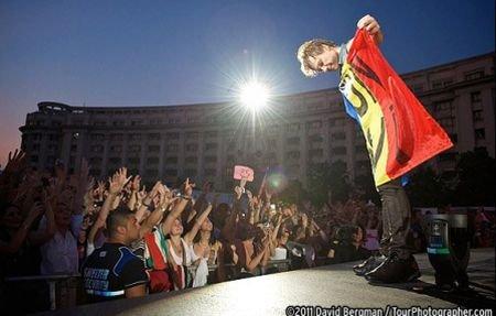 """Jon Bon Jovi, înfăşurat în drapelul românesc, pe Facebook: """"Ce concert extraordinar!"""""""