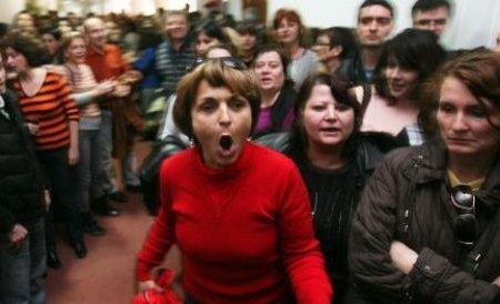 Protest spontan la CASMB: Angajaţii îşi cer drepturile salariale restante