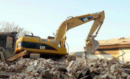 """Imagini din centrul vechi al Capitalei: Excavatorul care """"şchiopătează"""""""