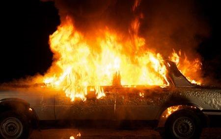 O maşină a luat foc într-o parcare din Timişoara