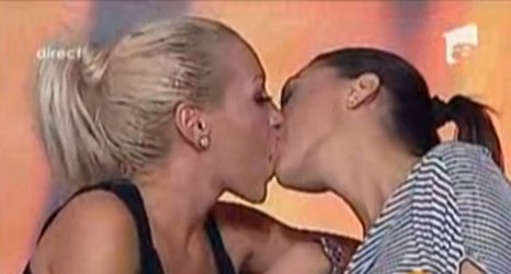 Show lesbi în direct: Fosta iubită a lui Ogică s-a sărutat cu o brunetă şi a recunoscut relaţia cu ea