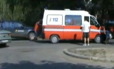Salvarea salvată: O ambulanţă cu motorul înecat, împinsă de cinci oameni săritori