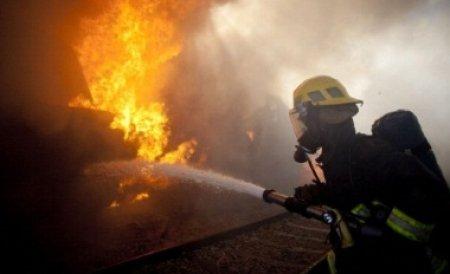 Incendiu în Voluntari. Patru case au ars şi un om a fost transportat de urgenţă la spital