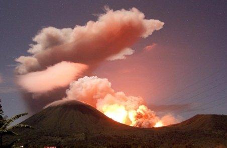 Erupţie a vulcanului Lokon în Indonezia. Norul de cenuşă a ajuns la 3.500 metri altitudine