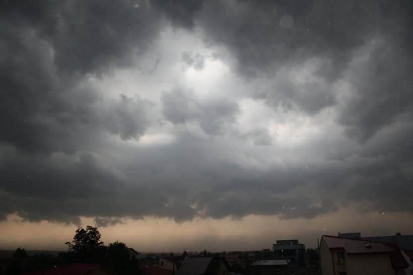 Un mort, trei răniţi şi curse aeriene deviate, în urma furtunii de duminică seara din Capitală