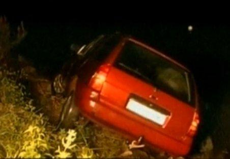 În loc să pornească înainte, o maşină a plecat în marşarier şi s-a scufundat în lac. Şoferul a murit