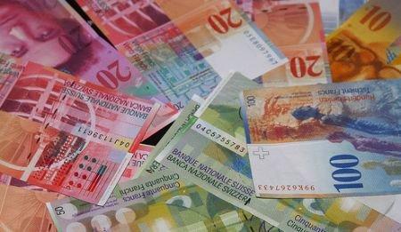 Rate mai mari la creditele în franci elveţieni. Moneda Elveţiei a atins un nou maxim istoric