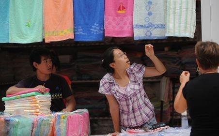 Comercianţii din China Town şi-au scos marfa la vânzare fără case de marcat, sub ochii lui Boc
