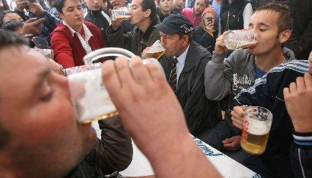 Românii îşi potolesc setea cu bere. Alcoolul deshidratează, spun medicii