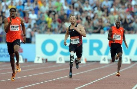 Sportivul cu proteze de carbon în locul picioarelor, Oscar Pistorius, s-a calificat la CM de atletism