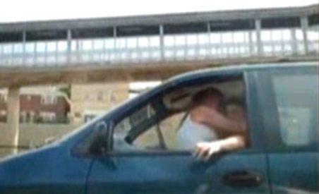 Asta da adrenalină: Să faci sex cu prietena în mașina... gonind pe autostradă