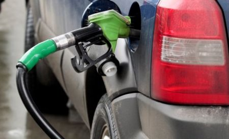 Cât te costă să pleci în vacanţă cu maşina. Preţul benzinei diferă de la ţară la ţară