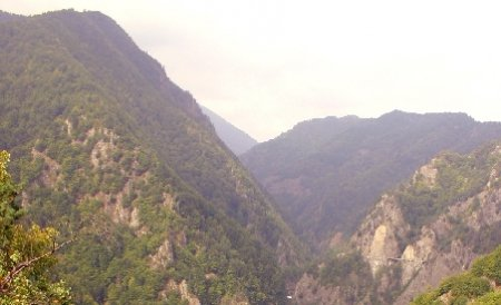 Cei trei turişti polonezi, rătăciţi în munţii Latoriţei, au fost găsiţi după nouă ore de căutări