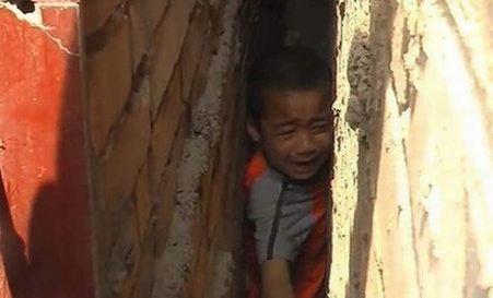 Un băiat chinez a rămas blocat între ziduri timp de 10 ore