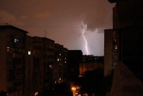 Atenţionare de ploi torenţiale, vijelii şi grindină în toată ţara, până luni seară